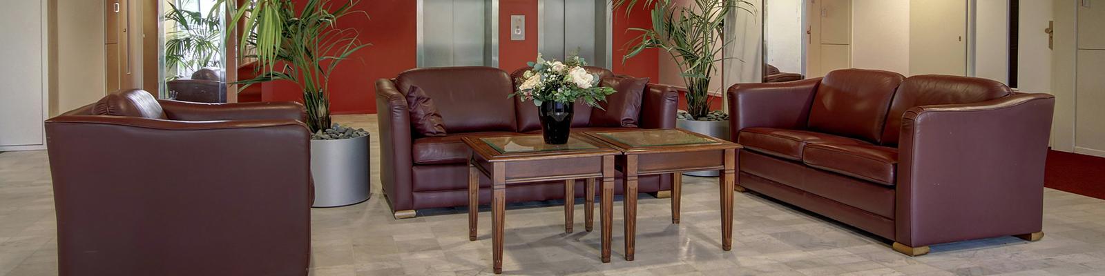 In de lounge van Sans Souci staand comfortabele leder banken.