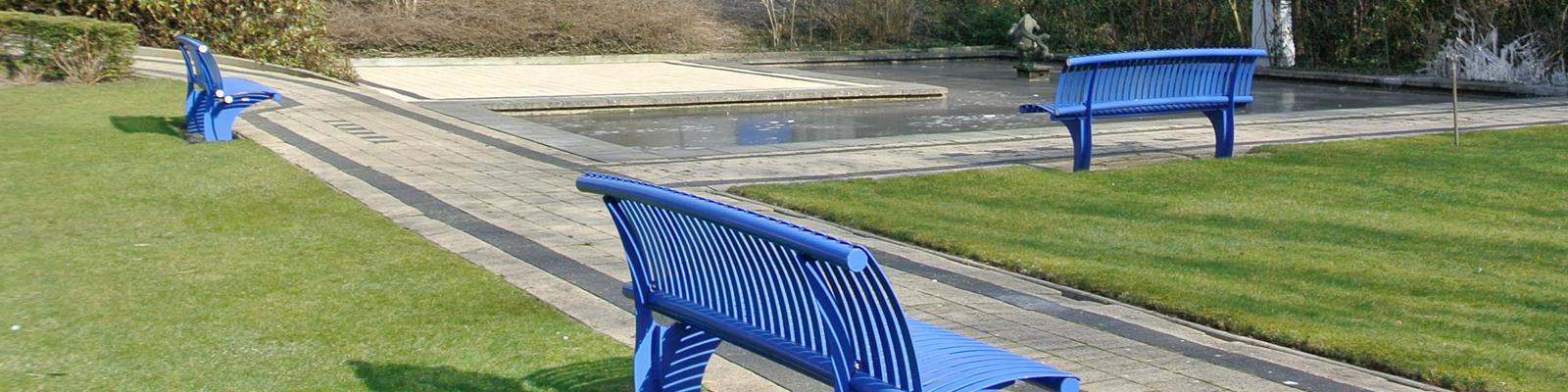 Blauwe bankjes bij de vijver in de tuin van Sans Souci