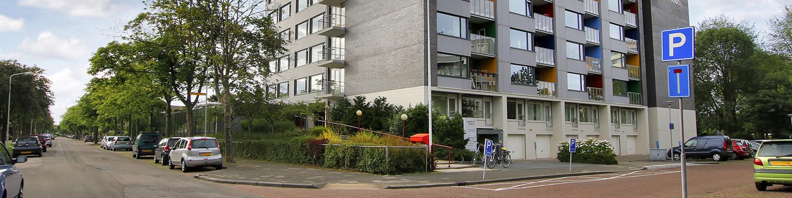Het gebouw van Sans Souci ligt in een rustige wijk met veel groen.