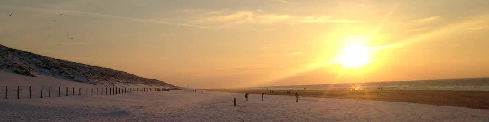 Nog een paar minuten en we zien de zon in de zee zakken.